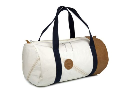 Big size travel bag made of recycled sailcloth. LEATHER BASE.