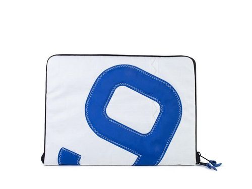 Padded PC case made of recycled sailcloth with zip.