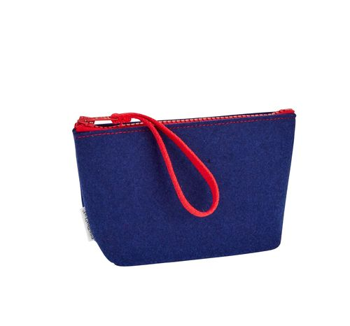 M size pochette in recycled polyester from plastic bottles.