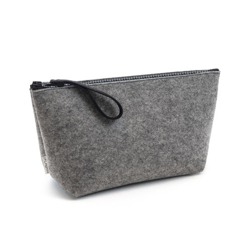 L size pochette in recycled polyester from plastic bottles.